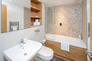 Modern 3 Bed, 2 Bath flat w/Garden in East Acton, Apartmány  Londýn - big - 19