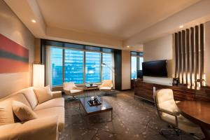 Corner Twin Suite with City View
