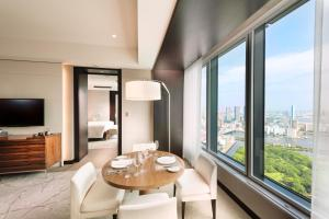 Corner King Suite with Bay View