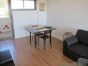 Studio 204 with balcony, Apartments  Fremantle - big - 16