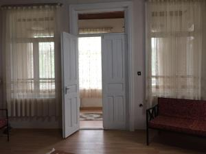 Lazuri Keria Family Guesthouse, Penziony  Khoni - big - 60