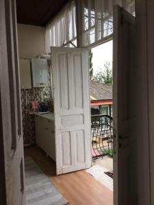 Lazuri Keria Family Guesthouse, Penziony  Khoni - big - 51