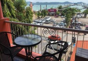 Anda Orange Pier Guesthouse, Penziony  Chalong  - big - 30
