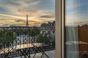 Prestige Double Room Comtesse - Eiffel Tower Front View with Balcony