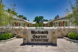Blacksmith Quarters on Barons Creek, Apartmanok  Fredericksburg - big - 273