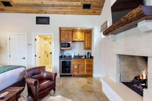 Blacksmith Quarters on Barons Creek, Apartmanok  Fredericksburg - big - 297