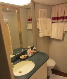 Ocean Romance Dockside Bed & Breakfast Yacht, Bed and breakfasts  Newport - big - 12
