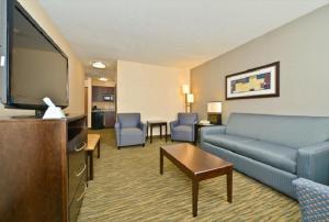 Suite - 2 Queen Beds w/ Living Room