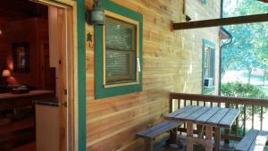 Baird's Creek Cabin, Dovolenkové domy  Poplar Grove - big - 2