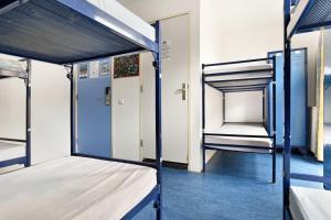 ドミトリールーム 男女共用 ベッド計8台のシングルベッド1台