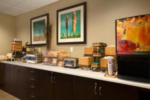 Microtel Inn & Suites by Wyndham Whitecourt, Отели  Whitecourt - big - 37