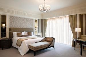Diplomat King Suite