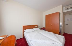 Malý dvoulůžkový pokoj s manželskou postelí velikosti Queen