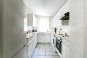 Deluxe 3 bedroom Apartment with 2 Bathrooms
