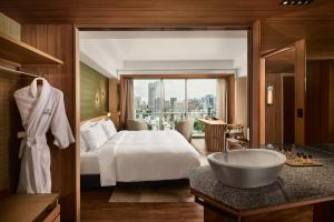 Premium Floor King Room - Non-Smoking - with Club Lounge Access
