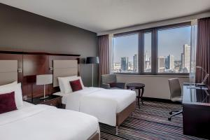 Guest Room with One King or Twin Beds - Skyline View