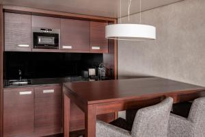 Club Suite, M Club lounge access, Suite, 1 King, Sofa bed