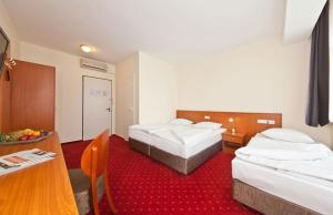 Dvoulůžkový pokoj s manželskou postelí a rozkládací pohovkou