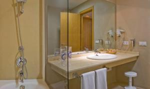 Double or Twin Room (3 Adults)