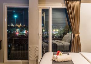 Grand Deluxe King Suite with Grand Palace View
