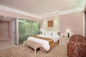 Holiday Inn Executive Double Room (Smoking)