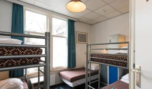 ドミトリールーム 男女共用 共用バスルーム付 ベッド計5台のベッド1台