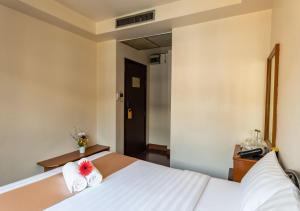 Standard Queen Room with Street Wing