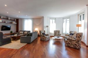 Deluxe Four-Bedroom Apartment - Ronda Universitat 17