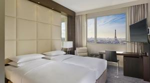 Twin Room - Eiffel Tower View