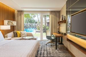 Superior, Guest room, 1 Queen, Pool view, Pool access
