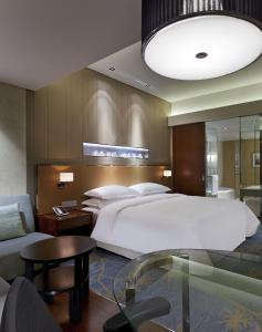 Premier King Bed Room, Guest room, 1 King, City view