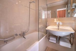 Single Room with Arc de Triomphe View