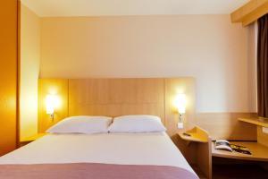 标准间(备有一张双人床及一张单人床)
