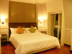 Standard Double or Twin Room with Partial River View