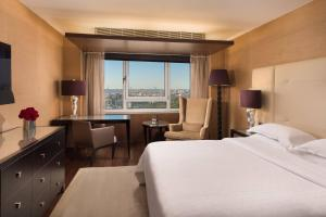 Club, Club lounge access, Guest room, 1 Queen, Skyline view