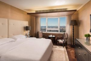 Executive Suite, Club lounge access, 1 Queen, Skyline view