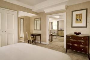 Corner Suite, 1 Bedroom Suite, 1 King, Corner room
