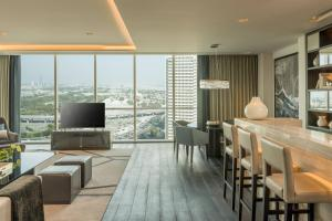 Executive Suite, Club lounge access, 1 King, Skyline view