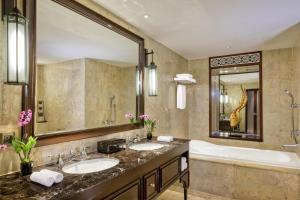 Royal Club, Club lounge access, Larger Guest room, 2 Double