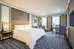 Royal Club, Club lounge access, Larger Guest room, 1 King