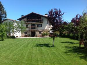 Hotel rural iribarnia hoteles con jacuzzi en la for Hoteles en navarra con piscina