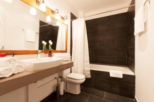 Deluxe Five-Bedroom Apartment - Ronda Universitat 17