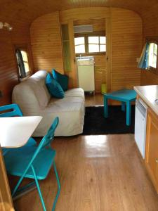 Roulotte du Petit Bois, Holiday homes  Theillement - big - 14