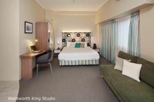 Studiolejlighed med kingsize-seng og byudsigt