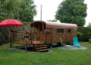 Roulotte du Petit Bois, Holiday homes  Theillement - big - 3