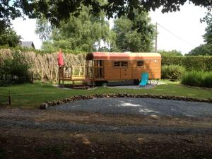 Roulotte du Petit Bois, Holiday homes  Theillement - big - 6