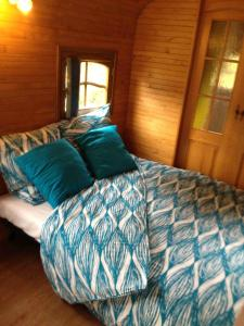 Roulotte du Petit Bois, Holiday homes  Theillement - big - 5