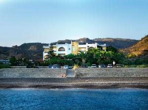 Sarikampos Beach