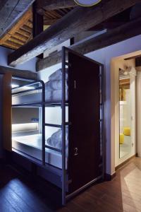 ドミトリールーム 男女共用 ベッド計7台のベッド1台