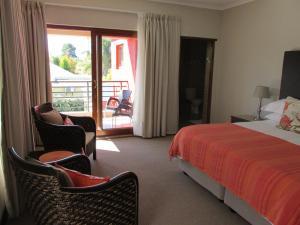 Zimmer mit Kingsize-Bett oder 2 Einzelbetten mit Balkon und Poolblick